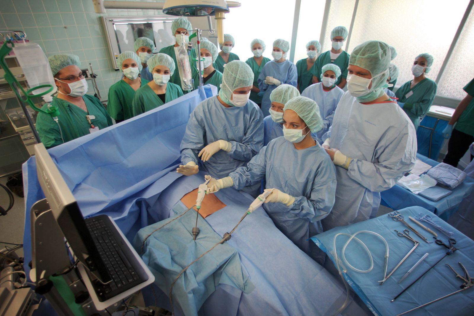 Schüler in einem Übungs-OP