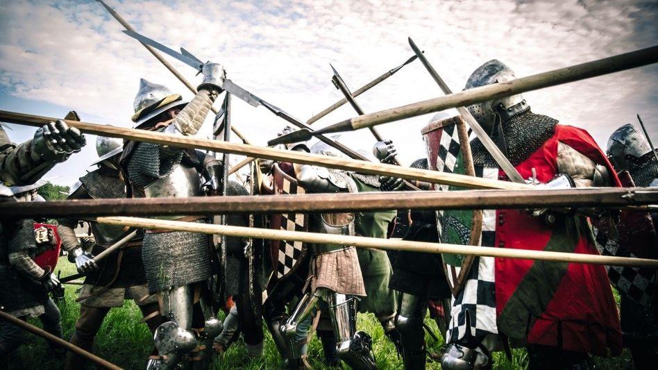 Getümmel: Moderne Männer stellen in Norditalien Söldnerschlachten des späten 14. Jahrhunderts nach.
