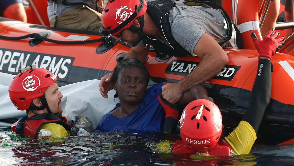 Überlebende Frau bei ihrer Rettung