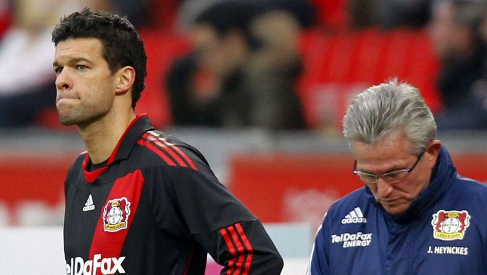 Bayer-Profi Ballack (l.), Trainer Heynckes: Gestörte Beziehung
