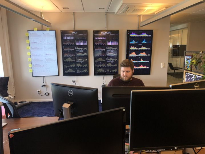 Mojang-Mitarbeiter vor einlaufenden Daten