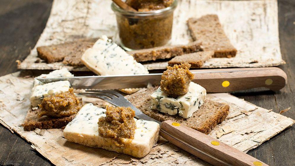 Brotzeitrezept: Dattel-Feigensenf mit Stinkerkäse