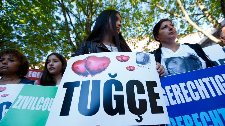 Freunde und Familie von Tugce Albayrak (Archiv): Protest vor dem Gerichtsgebäude