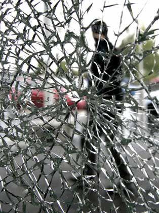 Spuren der Gewalt: Eine zertrümmerte Scheibe in Aulnay-sous-Bois