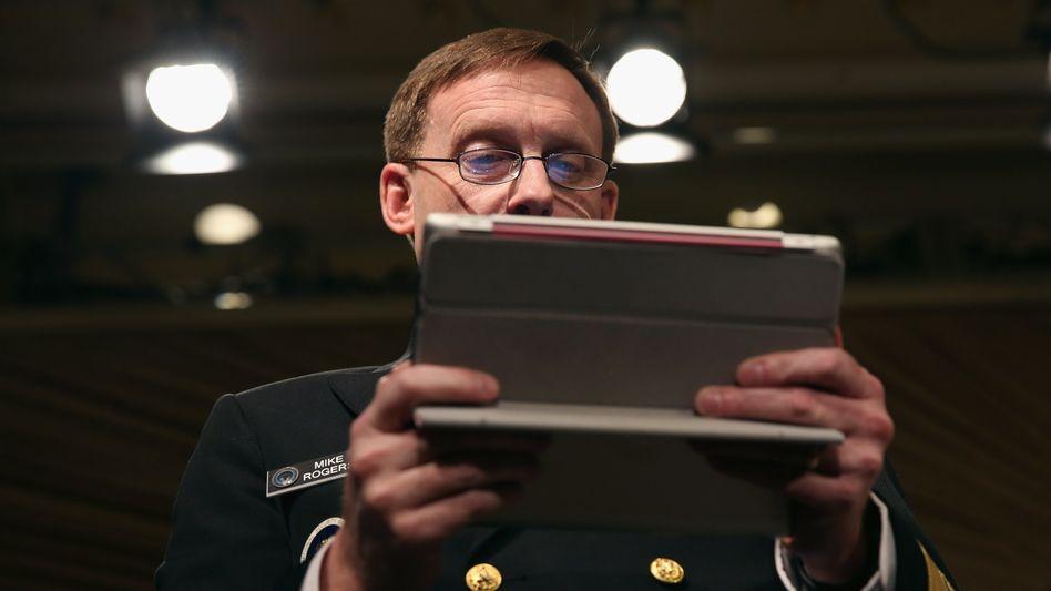 NSA-Chef Michael Rogers mit Tablet: Bei Nacktbildern hört der Spaß offenbar auf