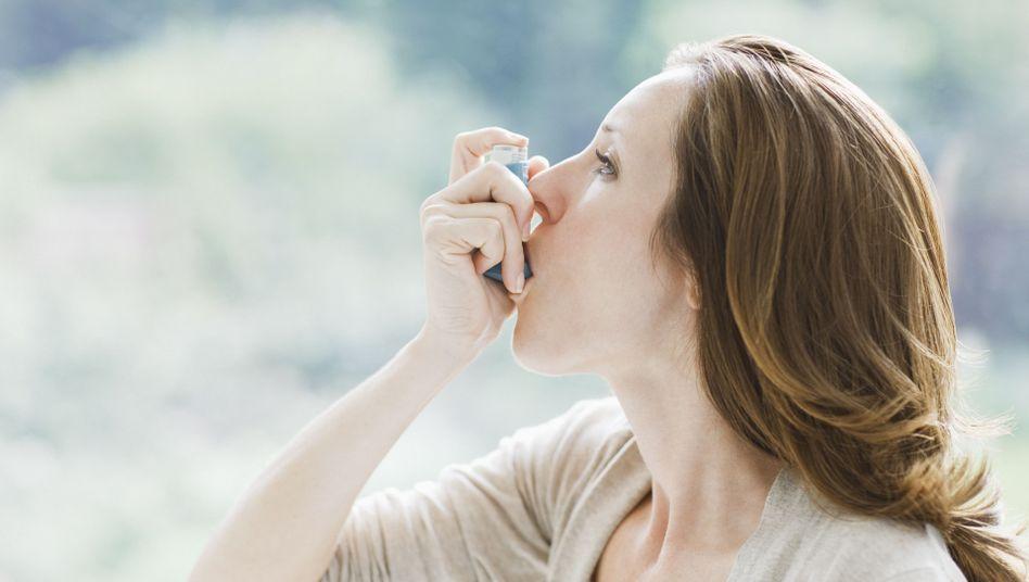 Inhalation: Bevor das Asthma-Spray nötig wird, sollten Hausstaubmilben-Allergiker sich behandeln lassen