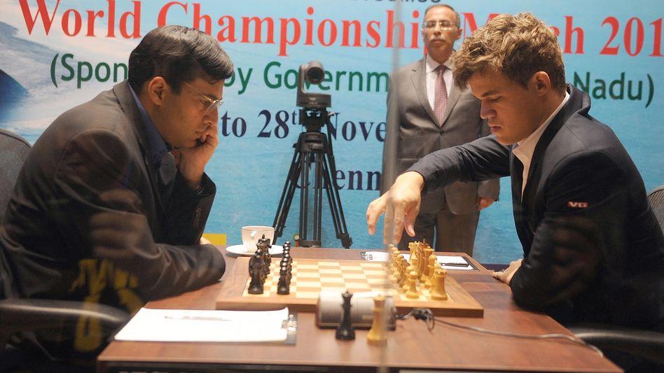 Herausforderer Carlsen (r.): Sieg im fünften Spiel