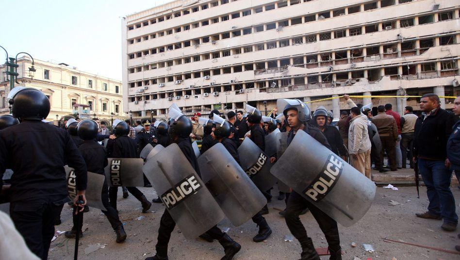 Ägyptische Polizei (am Morgen): Einsatz gegen wütende Bürger
