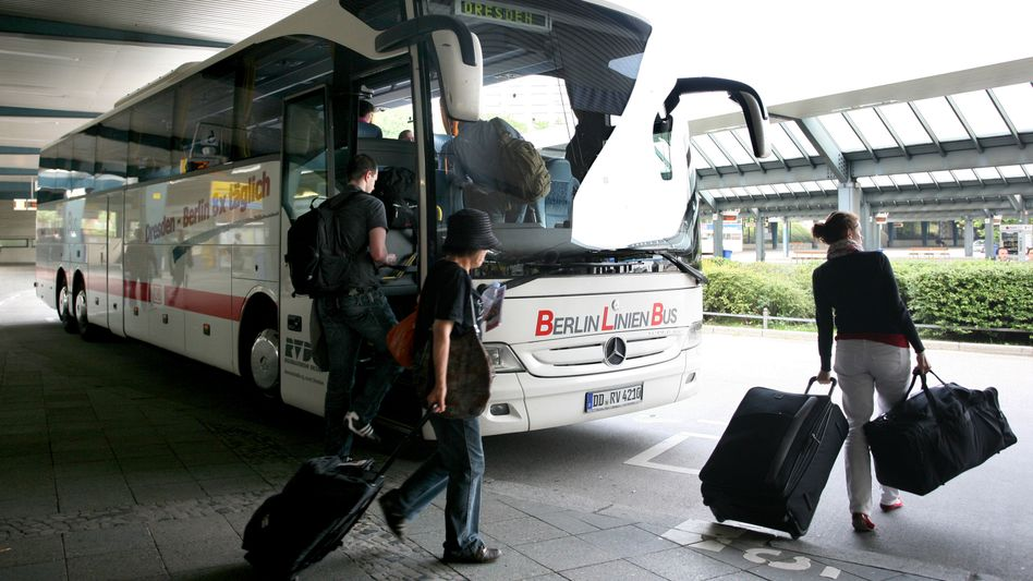 Busreisende in Berlin: Für mehr als 70 Jahre galten strenge Regeln im Personenverkehr