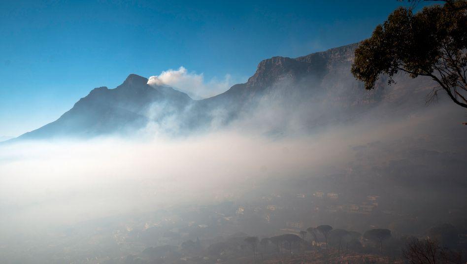 »90 Prozent« des Buschbrandes am Tafelberg sind bereits eingedämmt – doch der Rauch hängt noch immer über Teilen der Stadt
