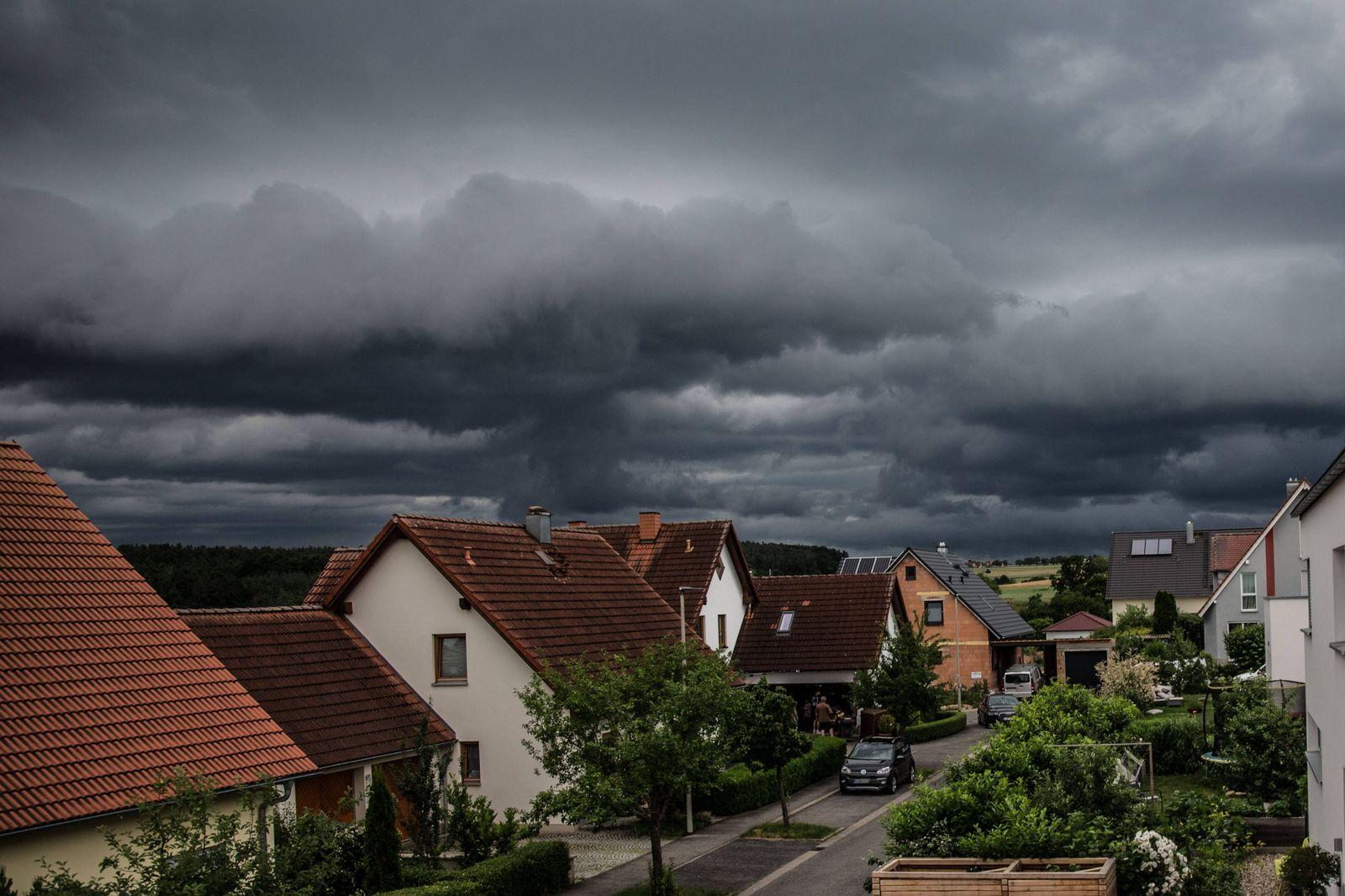 Bamberg, Deutschland 29. Juni 2021: Ein schweres Unwetter mit dunklen Wolken rollt auf Bamberg zu. Am Himmel sind dunke