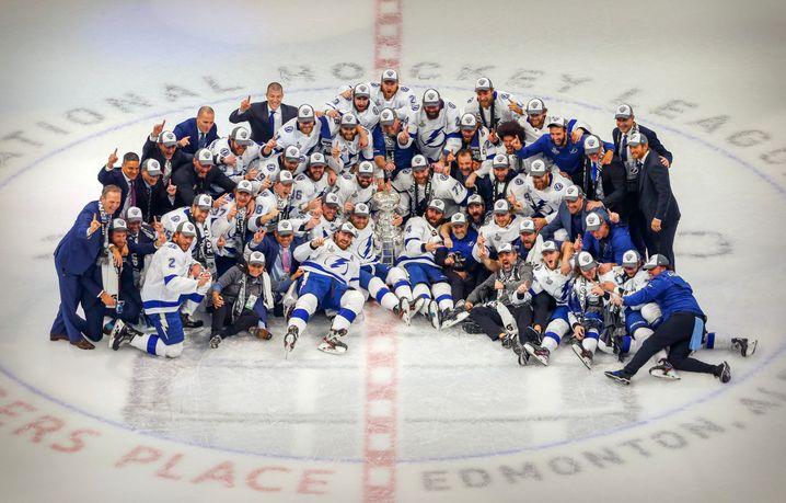 Gruppenbild mit Stanley Cup