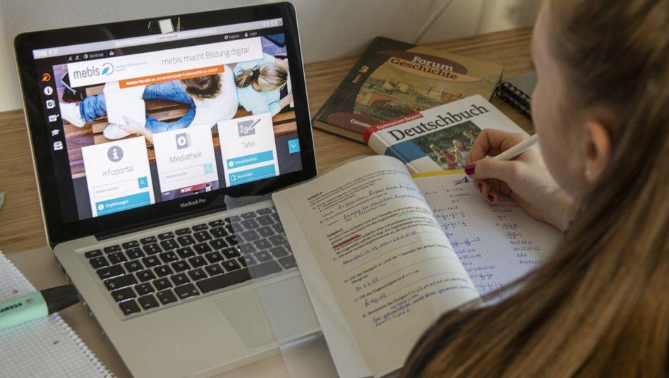 Digitalunterricht in Bayern: 36 Prozent der Kinder mit einem niedrigeren sozioökonomischen Hintergrund gaben an, dass es in ihrer Familie höchstens ein digitales Endgerät gibt
