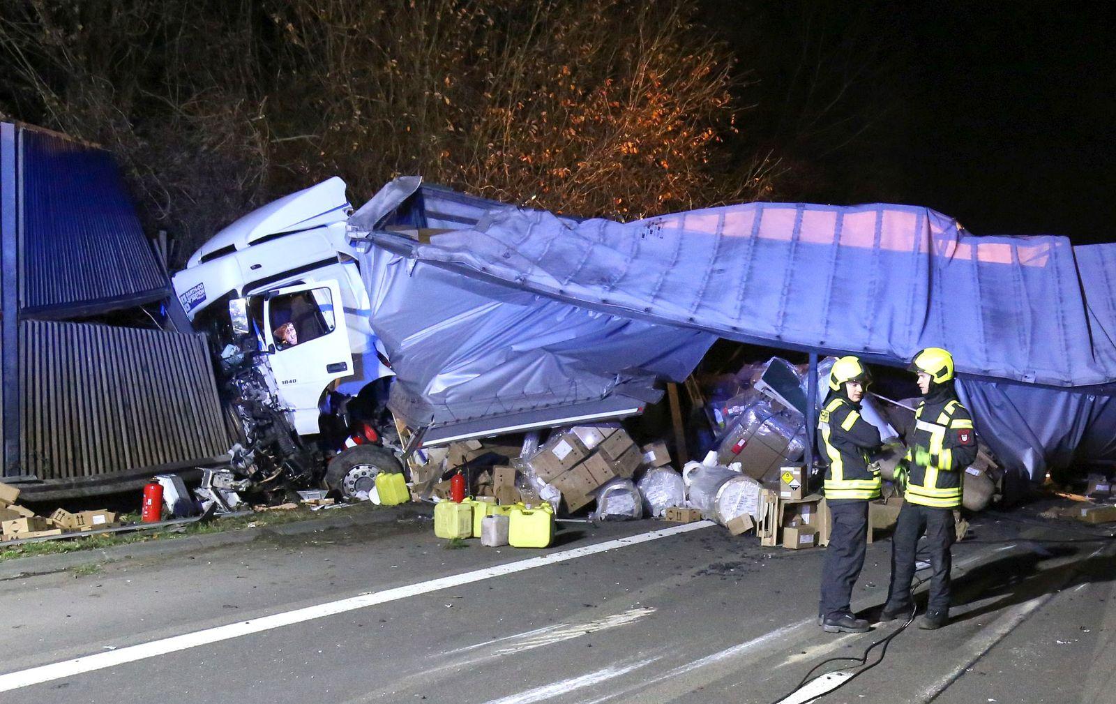 Lastwagen kippen nach Unfall auf A3 um