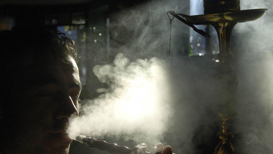 Wasserpfeife rauchen: Die meisten Konsumenten halten Shishas für ungefährlich