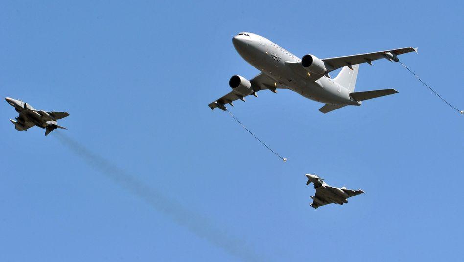 Bundeswehr-Airbus mit zwei Euro-Fightern (Archivbild): Tankstelle im Luftraum über Mali