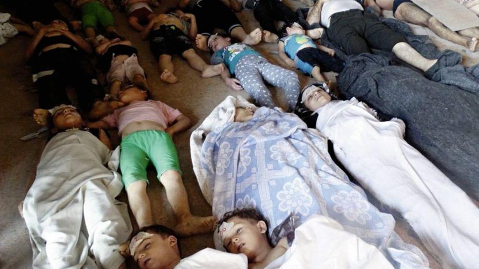 Leichen ziviler Giftgasopfer in Ost-Ghuta bei Damaskus. Das Bild stammt, wie alle hier gezeigten Opferfotos, aus dem Umfeld der Opposition.