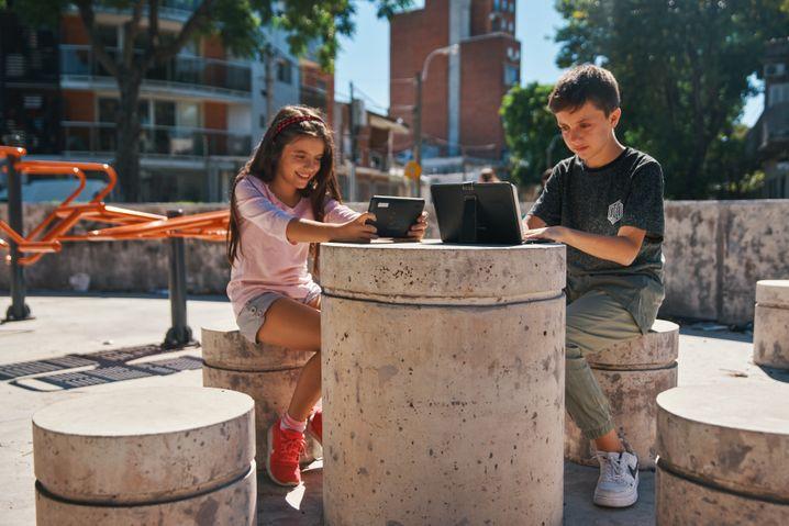 Luciano, 12, und Guadalupe, 9 aus Montevideo, Uruguay, lernen mit ihren Tablet-Computern