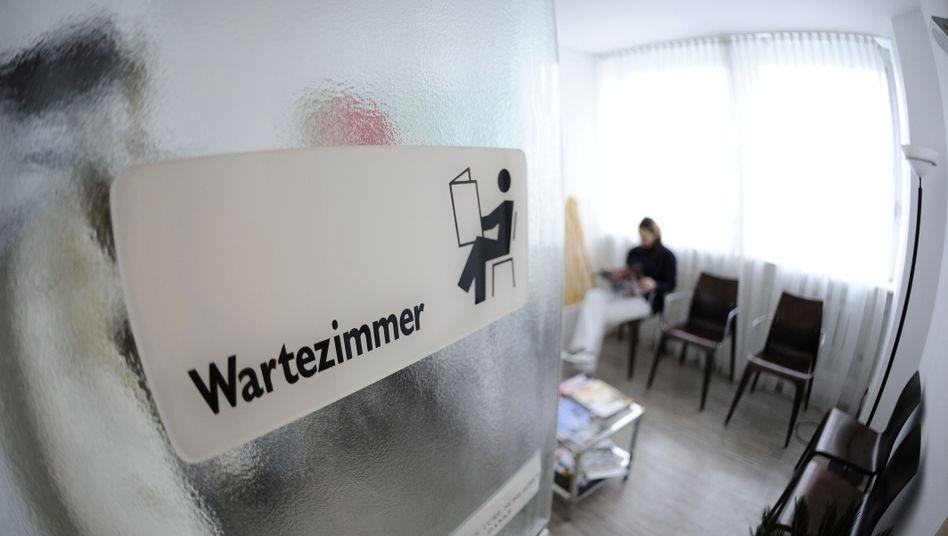 Wartezimmer: Einige Krankenkassen vermitteln Termine beim Facharzt