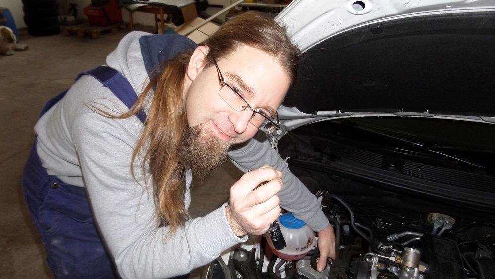 Gehörloser Automechaniker: Ein Händchen für Motoren