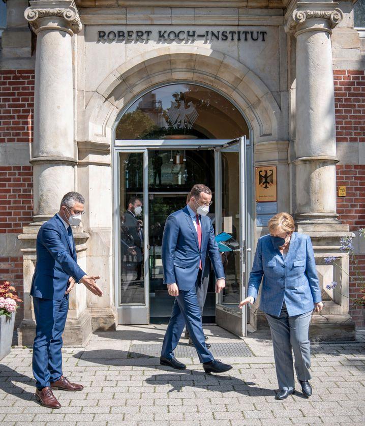 Le président de l'Institut Robert Koch, Lothar Wieler (à gauche), le ministre allemand de la Santé Jens Spahn et la chancelière allemande Agnela Merkel : L'Allemagne est souvent bonne en gestion et mauvaise en création.
