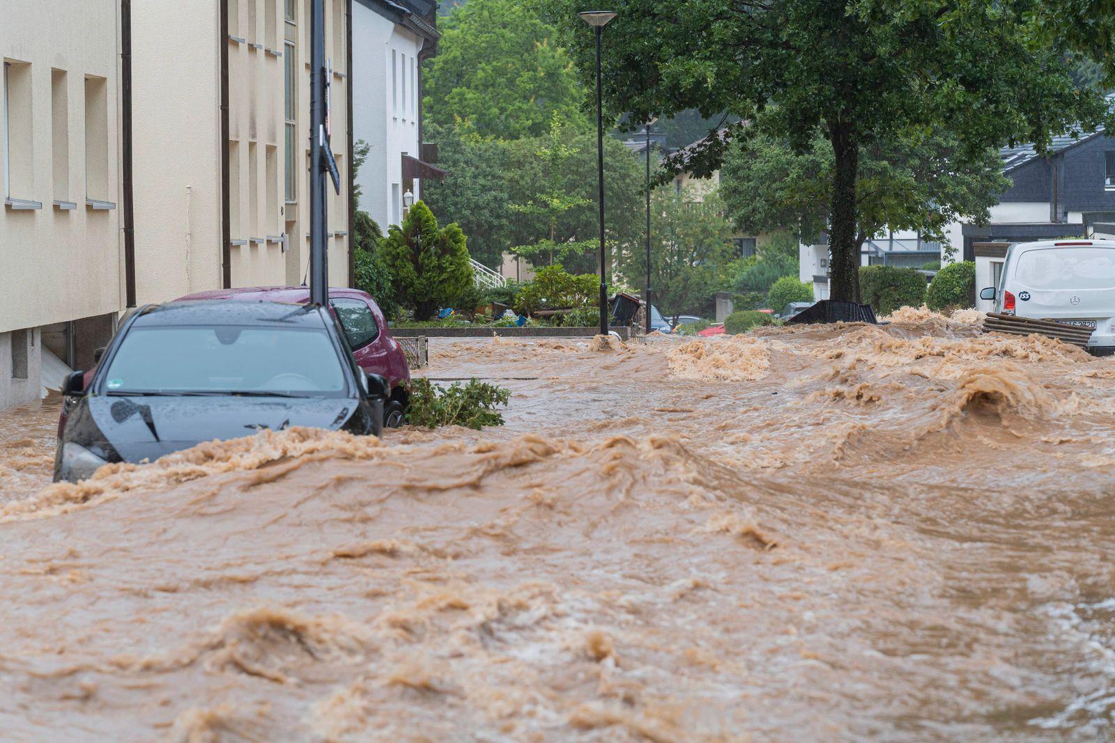 14.07.2021, Hagen, Deutschland, - Wassermassen fließen eine Straße hinunter im Stadtteil Hohenlimburg. *** 14 07 2021, H