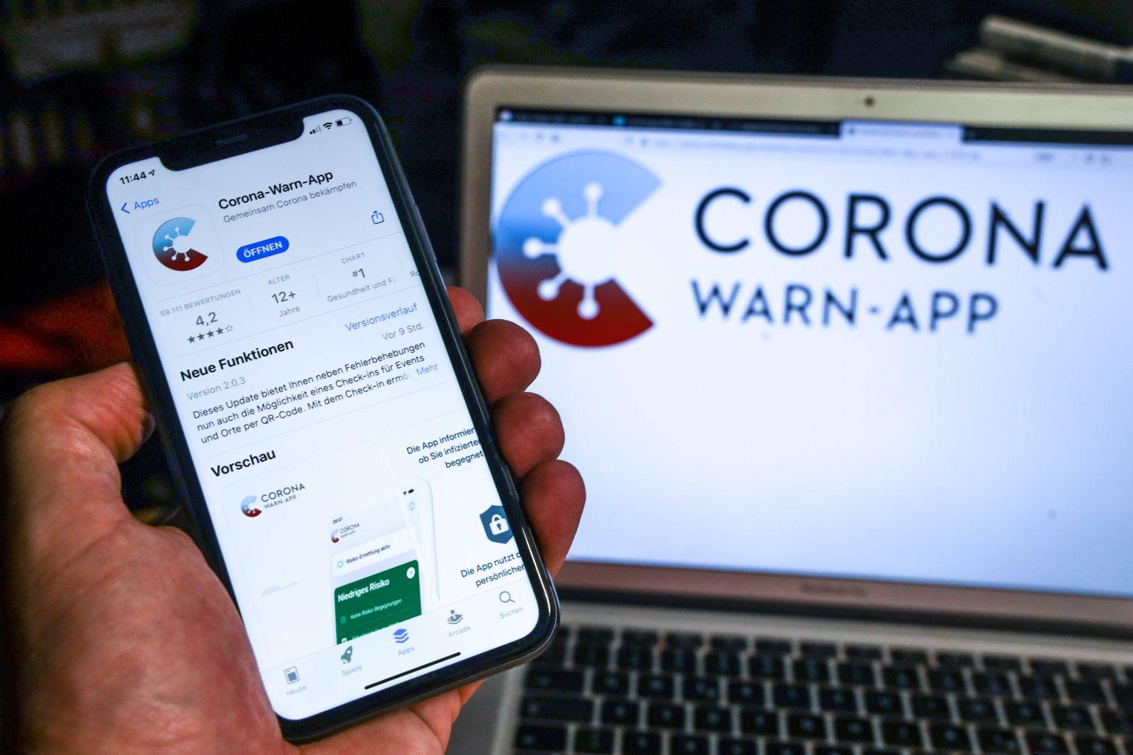 Update der Corona-Warn-App steht zum Download bereit Die Corona-Warn-App wird auf einem Smartphone installiert. In den