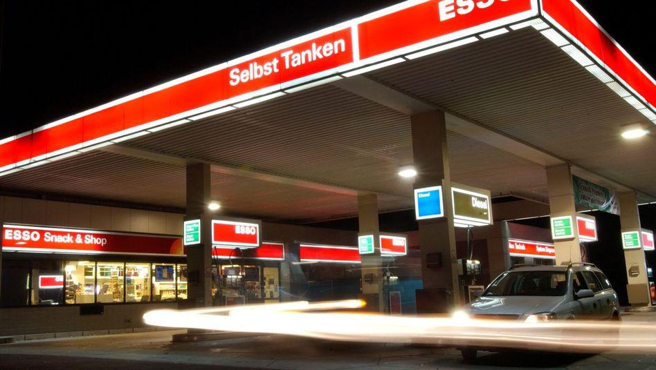 Nächtliche Tankstelle (Symbolbild): Patzer erst nach zwei Stunden bemerkt
