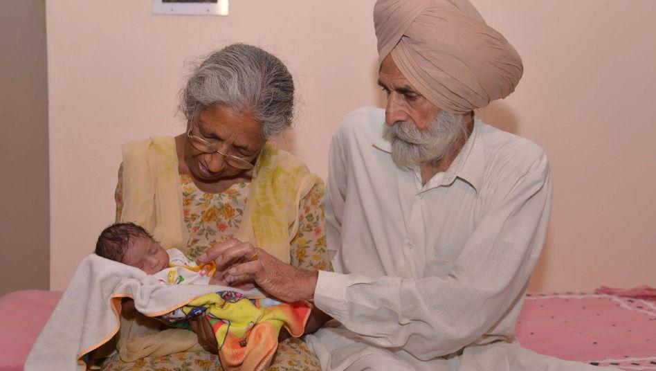 Daljinder Kaur und Mohinder Singh Gill mit dem gemeinsamen Sohn Arman