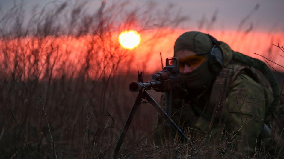 """Ukrainischer Soldat beim Schießtraining: """"Keine Seite ist ohne Schuld"""""""