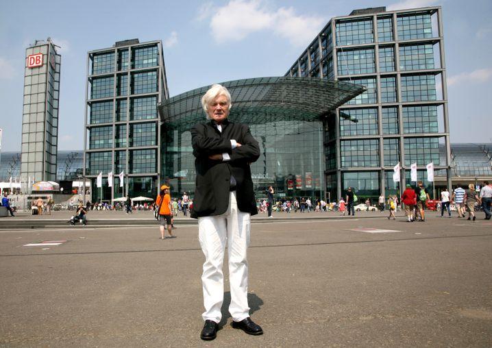 Architekt von Gerkan vor dem von ihm entworfenen Hauptbahnhof in Berlin