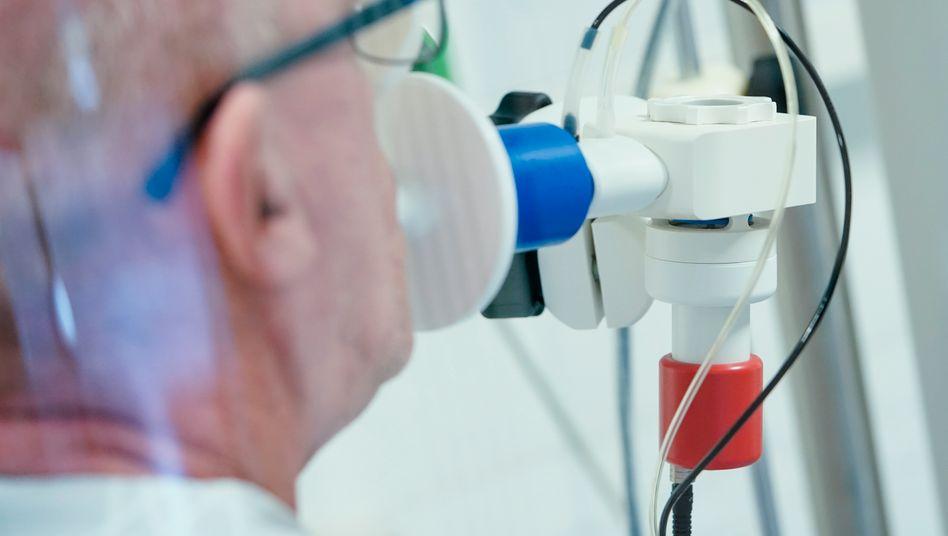 Nach einer Covid-19-Erkrankung wird die Lungenfunktion eines Patienten gemessen
