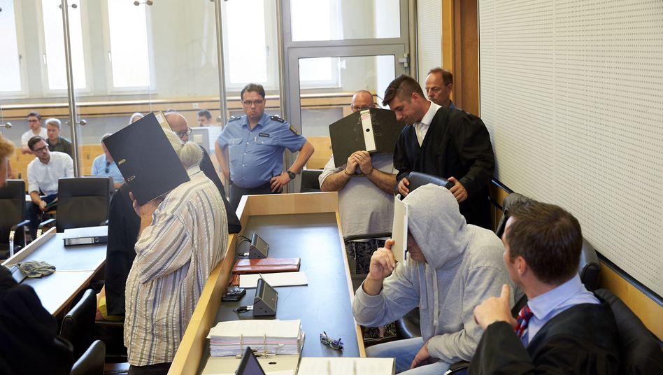 Angeklagte mit Anwälten im Landgericht Limburg