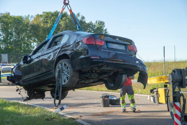 Zerstörter Unfallwagen: Die Insassen erlitten schwere Verletzungen