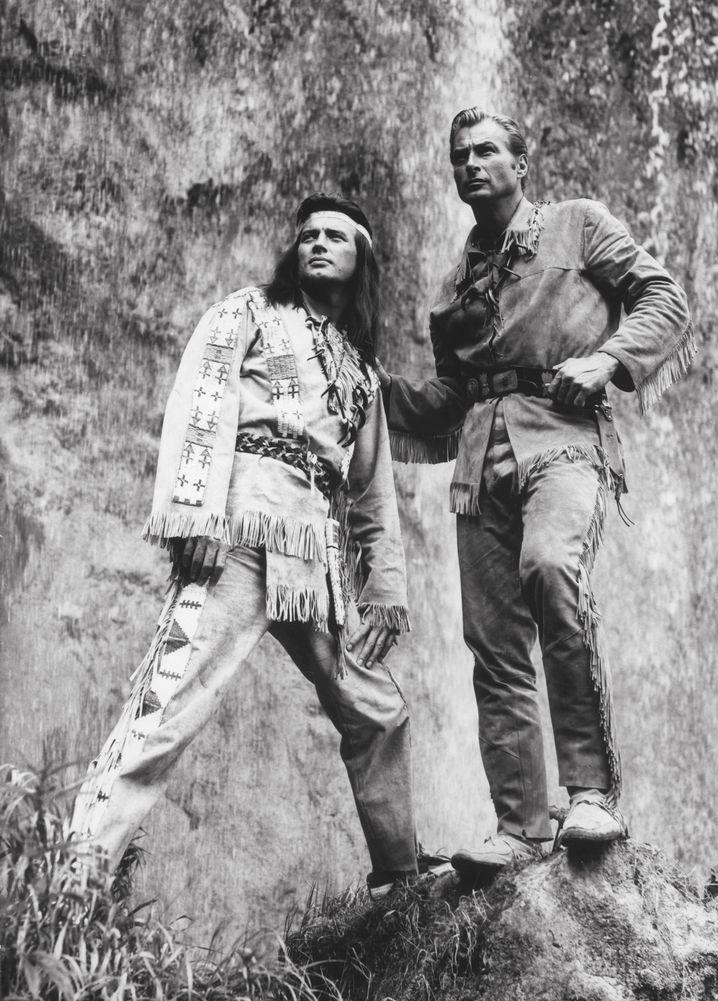 Schauspieler Brice, Lex Barker 1962: Erwachsene spielen Cowboy und Indianer