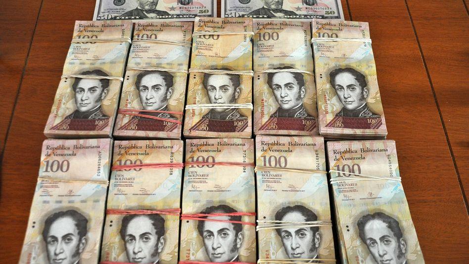 Hundert Dollar und der Gegenwert in Bolívares