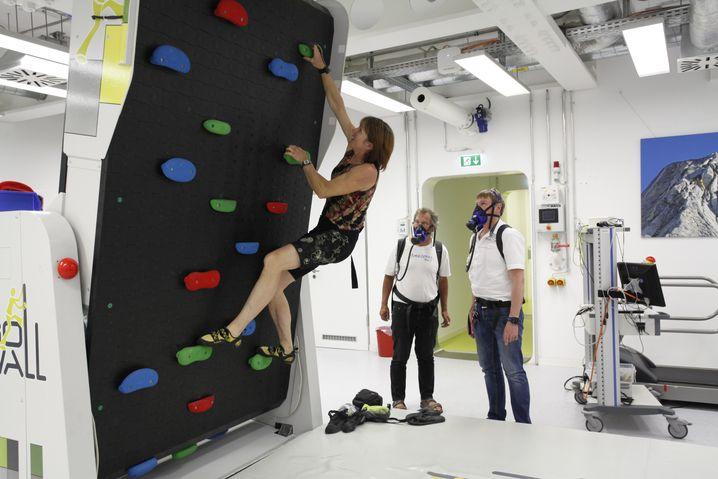 Bergsteigerin Hansen beim Training in der Versuchskammer