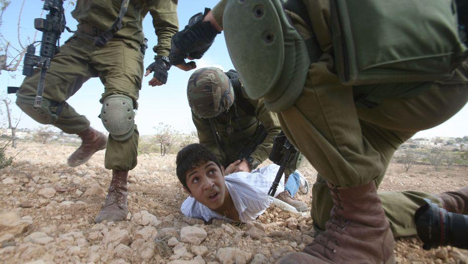Israelische Soldaten, palästinensischer Junge: Gewalt gehört zum Alltag