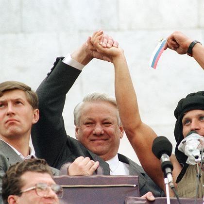 Händeschütteln auf dem Panzer: Jelzin 1991 nach dem verhinderten Putschversuch vor dem russischen Parlament