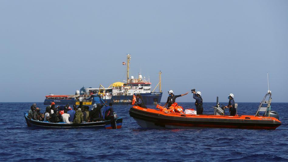 Westliches Mittelmeer: Ein Schlauchboot der »Sea-Watch 3« holt Migranten an Bord