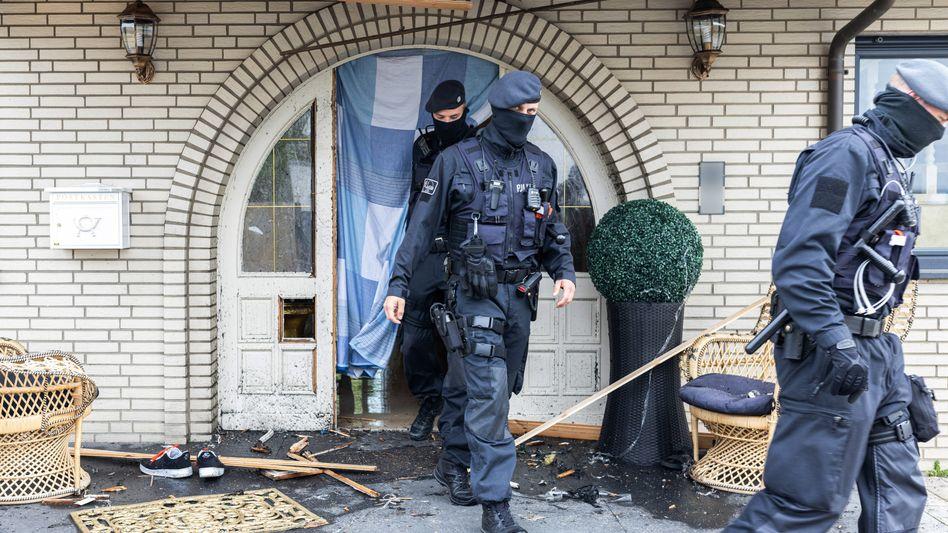 Polizisten verlassen eine Villa in Leverkusen: »Schlag gegen die erste Liga der Clankriminalität«