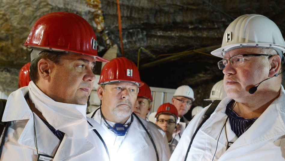 German Environment Minister Peter Altmaier (r) tours the storage site for nuclear waste in Asse, Lower Saxony, with former Environment Minister Sigmar Gabriel (l).