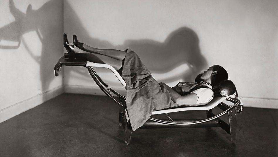 """Charlotte Perriand im Jahr 1930 auf ihrer """"Chaise longue basculante"""" - heute ein Designklassiker"""