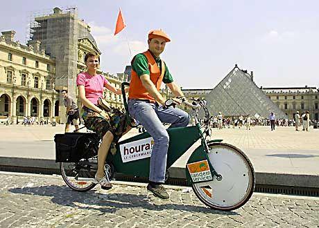 Taxi in Paris: Touristen können sich auch mit dem Tandem transportieren lassen