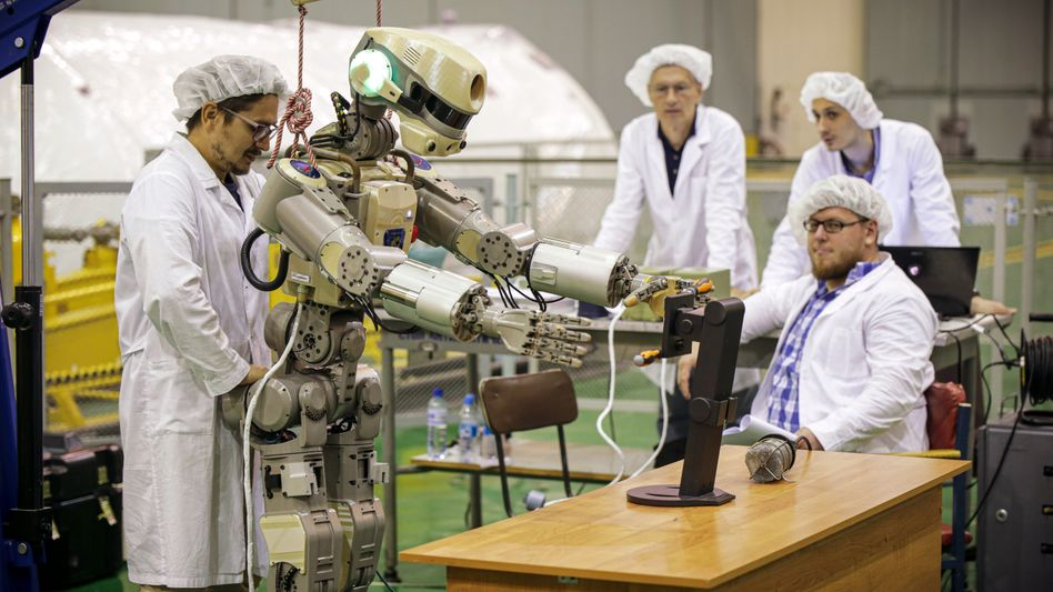 Forscher der russischen Weltraumbehörde Roscosmos testen den humanoiden Roboter Fedor (Skybot F-850) vor seiner Mission