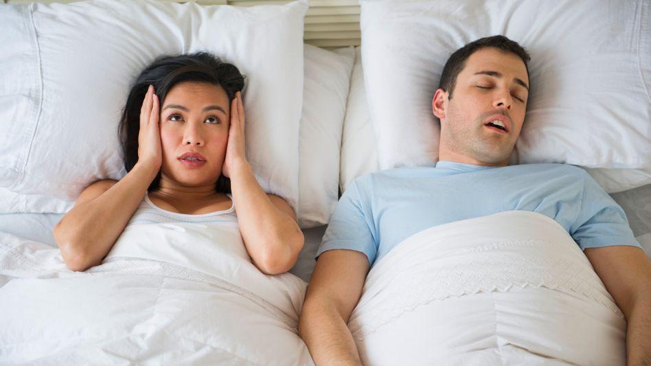 Schlaflos: Schnarchen kann ein Zeichen für Schlaf-Apnoe sein