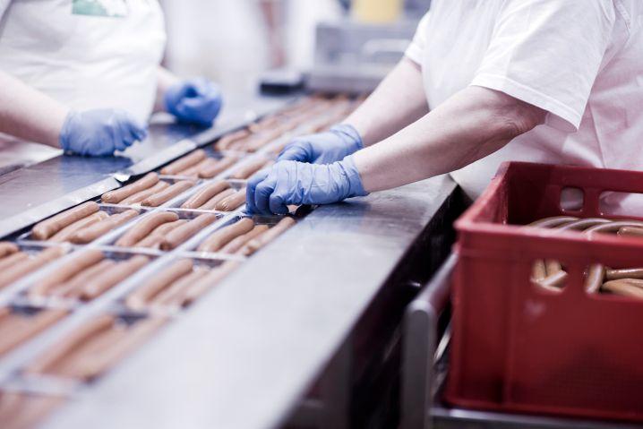 Beschäftigte in Wurstfabrik: Wer ohnehin eine niedrige Rente haben wird, nutzt besonders selten die Entgeltumwandlung zur betrieblichen Vorsorge