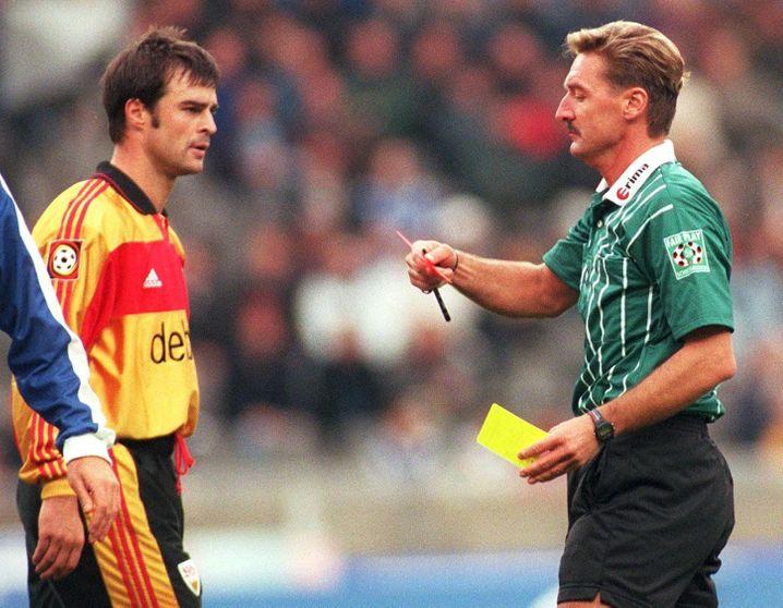 Thomas Berthold im VfB-Trikot mit Schiedsrichter Franz-Xaver Wack: Diesmal nur eine Verwarnung