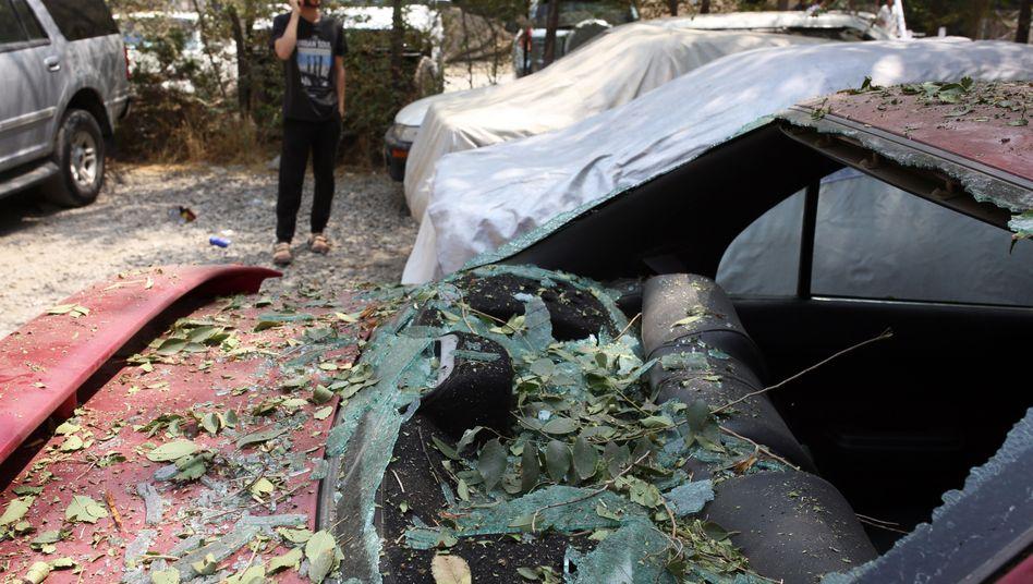 Kaputtes Auto nach dem Raketenangriff im Zentrum von Kabul