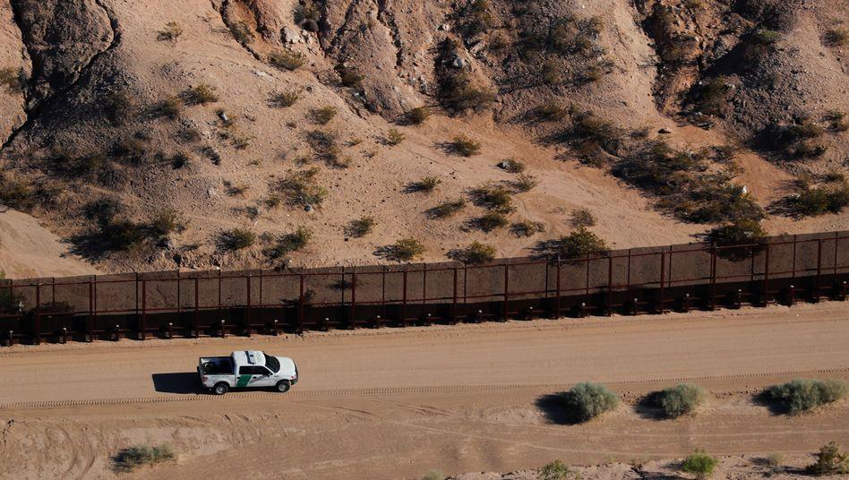 Fahrzeug der US-Grenzbehörden am Grenzzaun zu Mexiko: Immer wieder Fälle von Familientrennung
